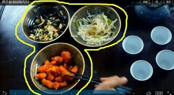 Đồ ăn của hoàng thượng được lấy tạm từ cơm hộp của cả đoàn làm phim.