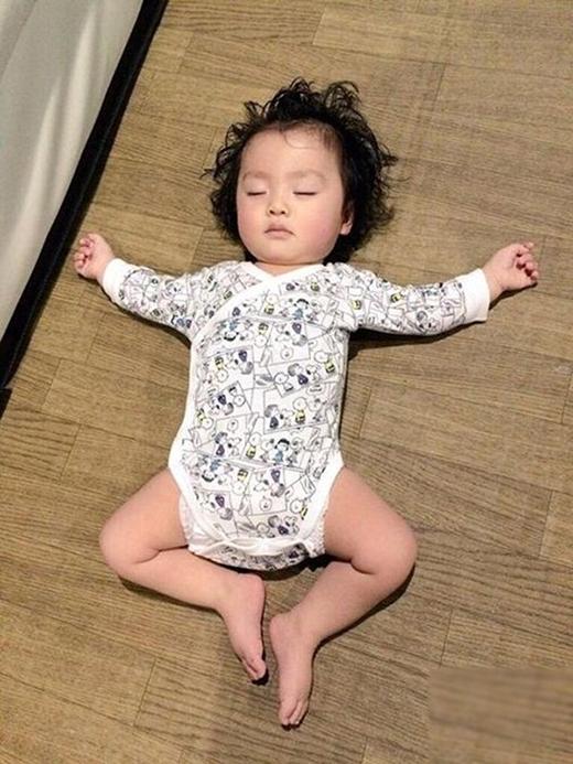 Có lẽ bé đang mơ thấy mình làm cánh bướm chào xuân chăng? (Ảnh: Internet)