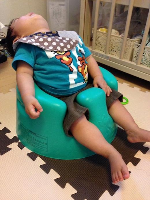 Dường như mẹ đã chuẩn bị sẵn chiếc ghế này cho cu cậu dễ ngủ... ngửa đấy. (Ảnh: Internet)