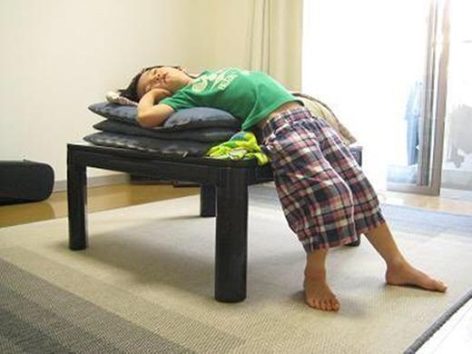 """""""Giường"""" thiếu kích thướccũng không sao, chỉ cần có chỗ ngả lưng là bé duyệt hết. (Ảnh: Internet)"""