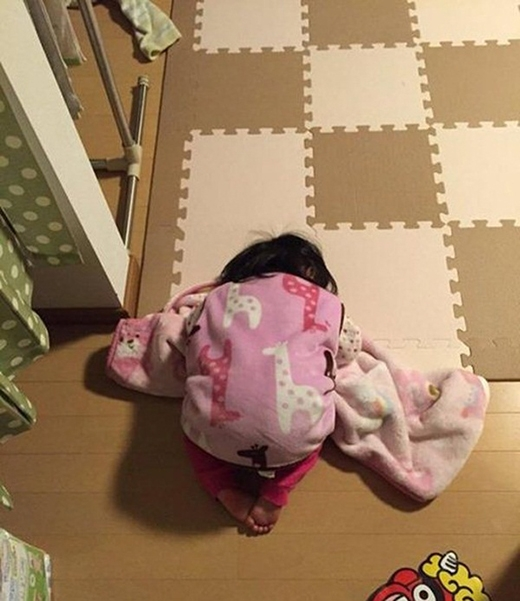 Cô bé này cũng đành lực bất tòng tâm trong lúc đem chăn ra giường ngủ. (Ảnh: Internet)