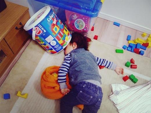 Phải chăng đây là hiện trường một vụ ẩu đả, vật lộn giữa bé và đồ chơi? (Ảnh: Internet)