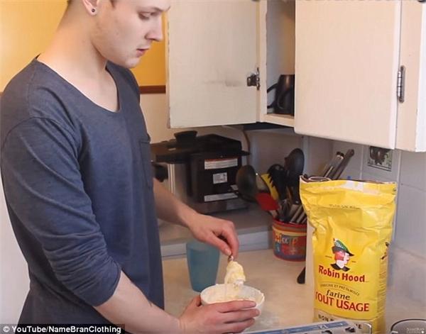 """Công thức """"bí mật"""" của Branden: nhúng giầy vào hỗn hợp bột, trứng và nước.(Ảnh: Daily Mail)"""