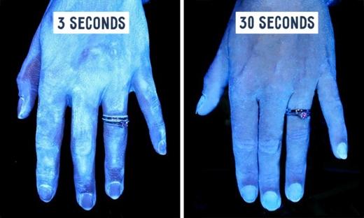 Bàn tay chúng ta bình thường bám đầy vi khuẩn, cho dù có rửa bằng xà phòng vẫn không sạch hoàn toàn.Tuy nhiên,để đánh bay hầu hết các vi khuẩn gây hại, chúng ta cần rửa tay trong 30 giây với xà phòng. (Ảnh: buzzfeed)