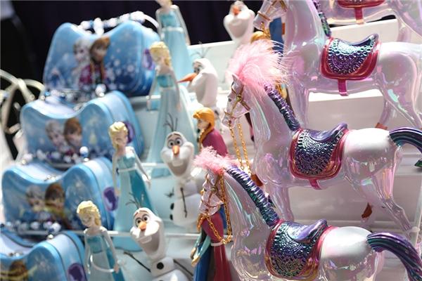 Những gian hàng đông nghịt người tham quan. Những món đồ chơi đáng yêu được bố mẹ mua làm quà tặng cho các em nhỏ.
