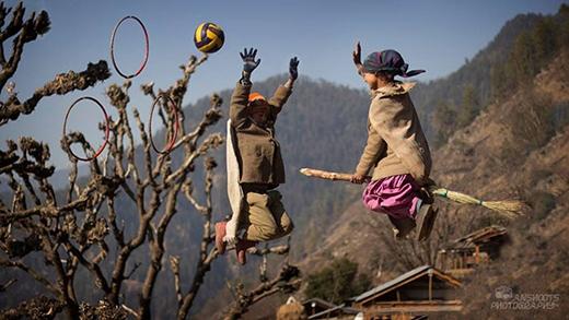 Thế là cả thầy lẫn trò cùng nhau dựng lên một băng ghế gỗ cao 30cm, chế ra một vài cây chổi cưỡi như trong phim và tìm thêm đạo cụ là một trái bóng chuyền. (Ảnh: Anshoots Photography)