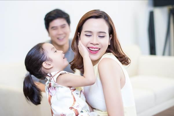 Bé Mina được xem như là nhân tố đầy tiềm năng của một hot girltương lai khi sở hữu những nét đẹp của cả bố và mẹ. - Tin sao Viet - Tin tuc sao Viet - Scandal sao Viet - Tin tuc cua Sao - Tin cua Sao