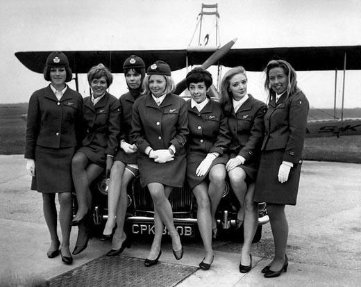 Những bộ trang phục hiện đại toát lên nét đẹp mạnh mẽ của các nữ tiếp viên(Ảnh: Internnet)   Phong cách của các nữ tiếp viên những năm 1960. (Ảnh: Internet)