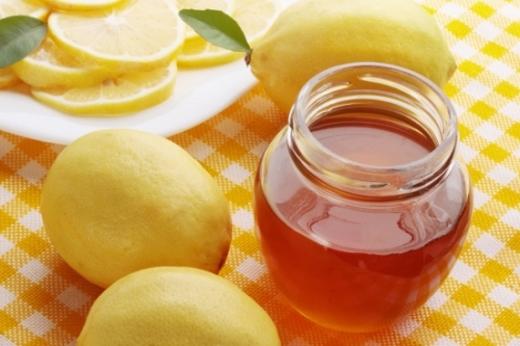 Khi bị đau họng, bạn hãy uống một cốc nước chanh ấm, hoặc hòa chanh với mật ong. Ảnh minh họa.
