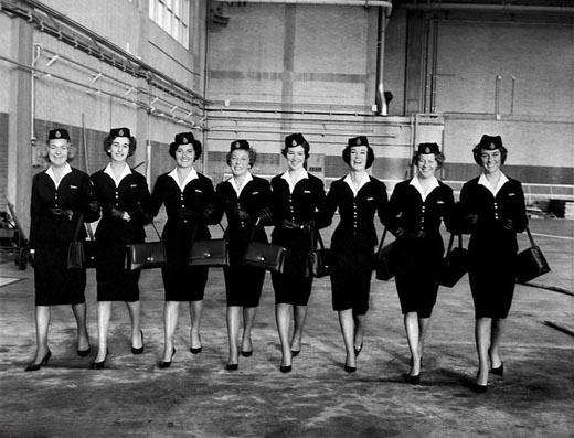 Hình ảnh của các tiếp viên với sự đồng điệu về màu sắc từ quần áo, giày dép, túi xách, mũ cho đến găng tay vào năm 1963.(Ảnh: Internet)