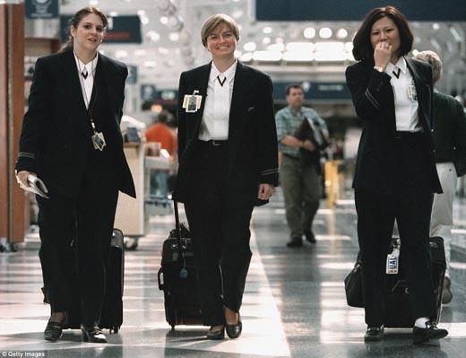 Đồng phục hướng đến vẻ đẹp năng độngbằng vest và blazer.(Ảnh: Internet)