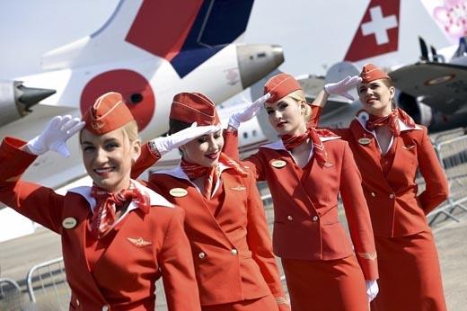 Trang phục của tiếp viên góp phần thể hiện sự tinh tế và đẳng cấp của từng hãng. (Ảnh: Internet)   Các nữ tiếp viên rạng rỡ với sắc đỏ hiện đại.(Ảnh: Internet)