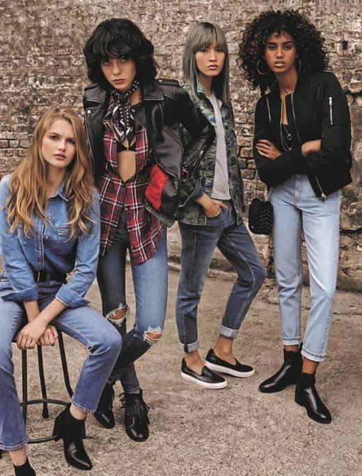 MOM – thông dụng – quần jeans lưng cao hơi ôm nhẹ tạo cảm giác thoải mái khi mặc (Model thứ 4 từ trái qua).