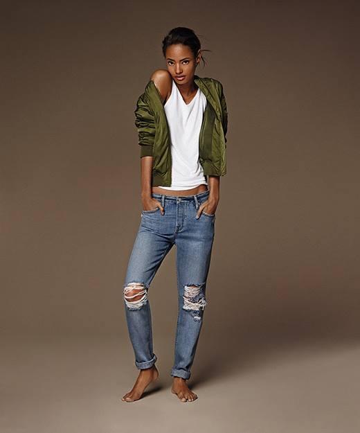 """HAYDEN – dạng quần """"boyfriend"""" jeans ống rộng được phối với chi tiết rách và mài mòn trên vải."""