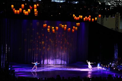 Những lồng đèn in biểu tượng mặt trời đặc trưng của vương quốc làm toả sáng cả sân khấu.
