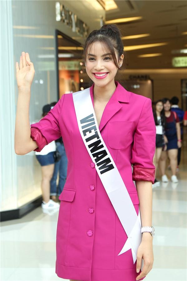 Trong buổi gặp gỡ với người hâm mộ Thái Lan cách đây vài ngày, Phạm Hương mang đến vẻ ngoài hiện đại, quyến rũ đến khó thể rời mắt. Cô diện bộ váy suông giấu đường cong được cách điệu từ dáng vest truyền thống.Thiết kế tạo điểm nhấn bằng những đường cắt rã hiện đại, tinh tế. Tông màu hồng tím vừa tôn lên nét dịu dàng, nữ tính nhưng không kém phần sang trọng, thanh lịch.