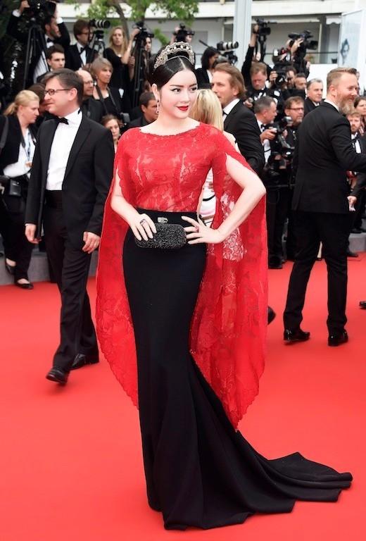 Trên thảm đỏ Cannes 2015, Lý Nhã Kỳ liên tục ghi điểm với giới truyền thông nước ngoài khi diện những bộ cánh mang đậm màu sắc cổ điển. Dáng váy tay cape thịnh hành hay váy đuôi cá khoe đường cong luôn là lựa chọn hàng đầu của Lý Nhã Kỳ.