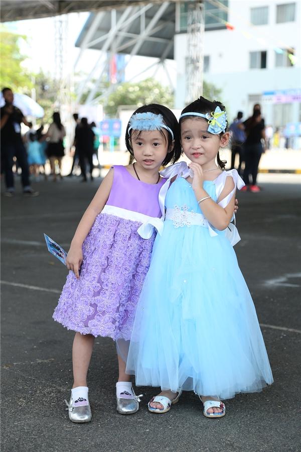 Những chiếc váy xòe điệu đà, mềm mại luôn là lựa chọn hàng đầu của các cô bé khi đến tham dự sự kiện này. Hai cô bé này trở nên đáng yêu hơn với chiếccài tóc nhỏ xinh.