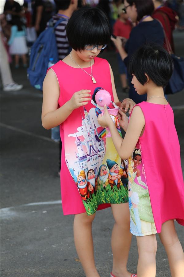 Chiếc váy hồng đơn giản của hai cô bé này lại trở nên màu sắc, thú vị hơn với họa tiết in bảy chú lùn, công chúa bạch tuyết.
