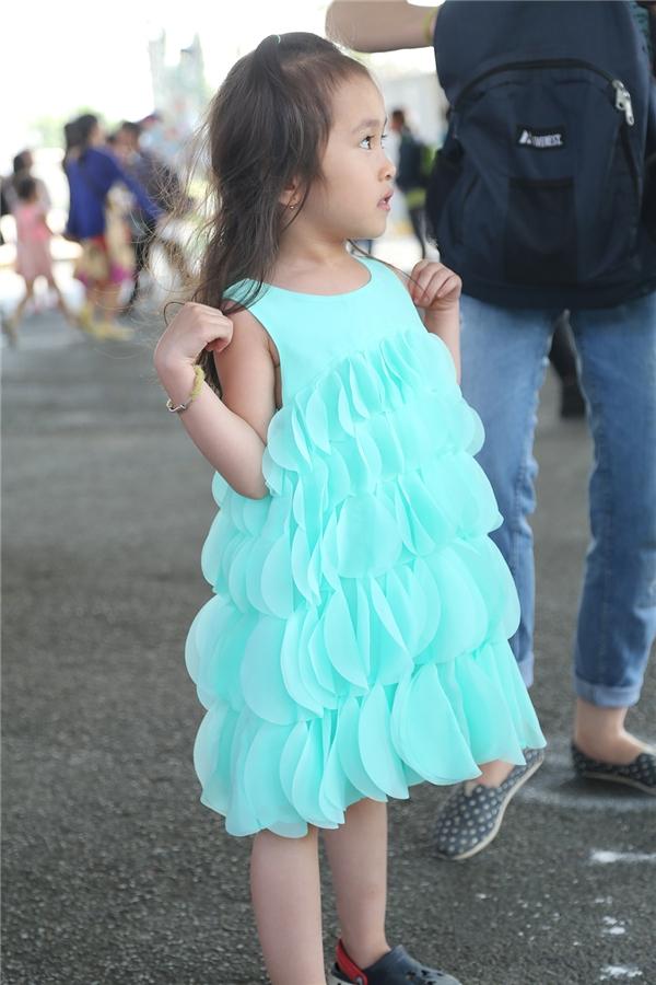 Bộ váy của cô bé này lại bắt mắt bởi màu xanh mát mắt và cực đáng yêu.