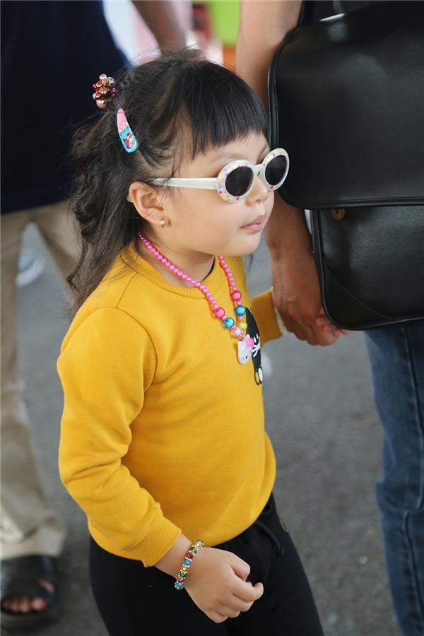 Loạt phụ kiện màu sắc giúp cô bé trông không khác một fashionista nhí chính hiệu.