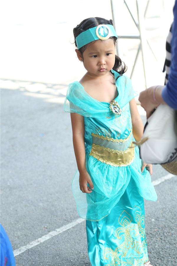 Tạo hình của cô bé này làm gợi nhớ đến công chúa Jasmine.