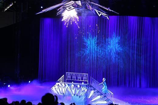 Elsa còn mang đến các vũ điệu trượt băng thật chuyên nghiệp và mỗi khi nàng dậm chân xuống đất thì pháo hoa lại được bắn lên.