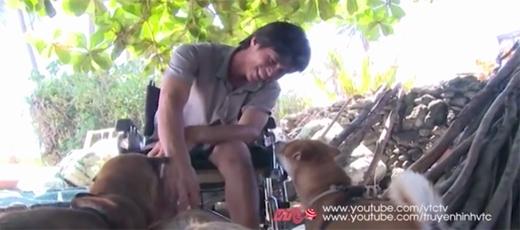 Ngoài kéo xe, bầy chó còn là người bạn thân thiết của anh Huệ, giúp anh vượt qua nghịch cảnh. (Ảnh: VTC)