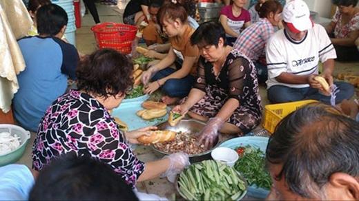 Cảnh một gia đình phụ nhau làm bánh mì cho khách. (Ảnh: Internet)