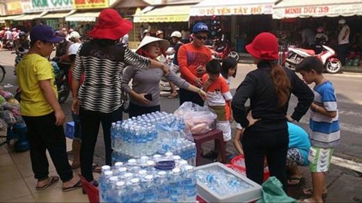 Đã có hàng trăm hộ tình nguyện trở thành điểm phát nước miễn phí cho khách hành hương tại lễ hội. (Ảnh: Internet)