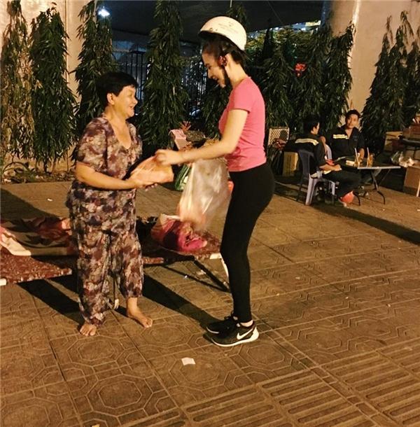 Tận tay Angela Phương Trinh trao những suất ăn tối đầy nghĩa tình cho các cụ già, em nhỏ. - Tin sao Viet - Tin tuc sao Viet - Scandal sao Viet - Tin tuc cua Sao - Tin cua Sao