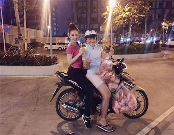 Côvà người bạn thân vui vẻ tạo dáng tinh nghịch trên xe máy. - Tin sao Viet - Tin tuc sao Viet - Scandal sao Viet - Tin tuc cua Sao - Tin cua Sao