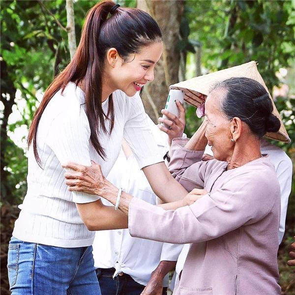Ngoài ra, Phạm Hương còn tích cực tham gia các hoạt động từ thiện nhằm góp phần chung tay chia sẻ khó khăn với bà con nghèo. - Tin sao Viet - Tin tuc sao Viet - Scandal sao Viet - Tin tuc cua Sao - Tin cua Sao
