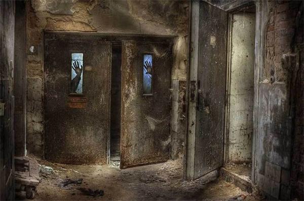 Theo bạn, cánh cửa nhà hoang đáng sợ hơn cả? (Ảnh: Internet)