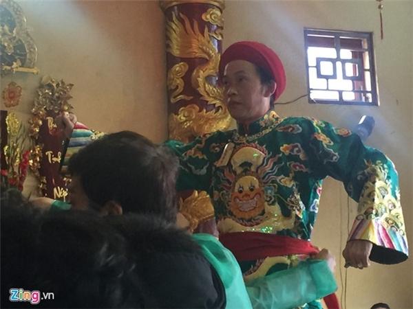 Hoài Linh tham gia buổi hầu đồng tại TP HCM trong ngày23/2. Ảnh: Nguyễn Bá Ngọc - Tin sao Viet - Tin tuc sao Viet - Scandal sao Viet - Tin tuc cua Sao - Tin cua Sao