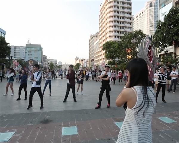 Minh Ngô bất ngờ xuất hiện và nhảy cùng mọi người.