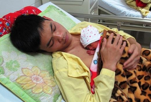 Em bé nằm yên lắng nghe nhịp tim của bố một cách yên bình. (Ảnh: Internet)