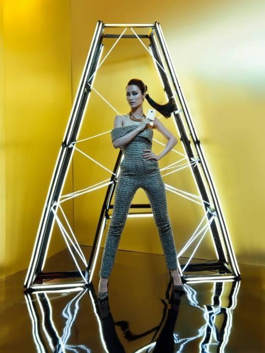 """Với trang phục đính sequin được thiết kế dưới dạng jumpsuit, Đông Nhi như đã """"lột xác"""" hoàn toàn về phong cách: từ ngọt ngào, trong sáng sang hình ảnh sang trọng, gợi cảm đầy mới mẻ và cuốn hút. """"Phụ kiện"""" công nghệ song hành cùng Đông Nhi trong bộ ảnh là dòng điện thoại Samsung Galaxy A phiên bản 2016 với thiết kế mỏng nhẹ, kết hợp giữa chất liệu kim loại đẳng cấp và kính Gorrila Glass cao cấp cùng kỹ thuật chế tác tinh xảo. - Tin sao Viet - Tin tuc sao Viet - Scandal sao Viet - Tin tuc cua Sao - Tin cua Sao"""