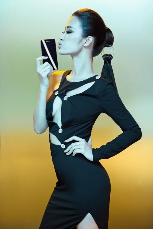 """Những đường cắt xẻ thông minh trên bộ đầm đen """"cut-out"""" ôm sát người dầy táo bạo khiến Đông Nhi thật gợi cảm. Với dòng Galaxy A phiên bản 2016 này, Samsung đã chăm chút trong từng chi tiết chế tác khi phần khung sườn kim loại của máy được thiết kế lại vuông vức hơn, đi cùng hai mặt kính Gorilla Glass 4 ôm sát vào các vát cắt ở khung sườn cho cảm giác cầm chắc chắn, mang lại sự trải nghiệm mới mẻ, dễ chịu. Viền màn hình máy cũng được thiết kế mỏng hơn, không chỉ tăng cường trải nghiệm cho người dùng mà còn giúp máy trông tinh tế hơn. - Tin sao Viet - Tin tuc sao Viet - Scandal sao Viet - Tin tuc cua Sao - Tin cua Sao"""