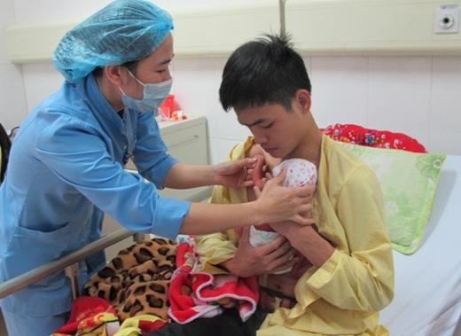 Cháu bé chào đời khi chỉ mới 31 tuần tuổi, nặng 1,3 kg, quá yếu ớt nên phải áp dụng phương pháp kangaroo. (Ảnh: Internet)