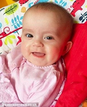 Bé Ella Jayne Byrom-Whitehead tử vong trong lúc ngủ vì một hành động tưởng chừng vô hại.(Ảnh: Daily Mail)