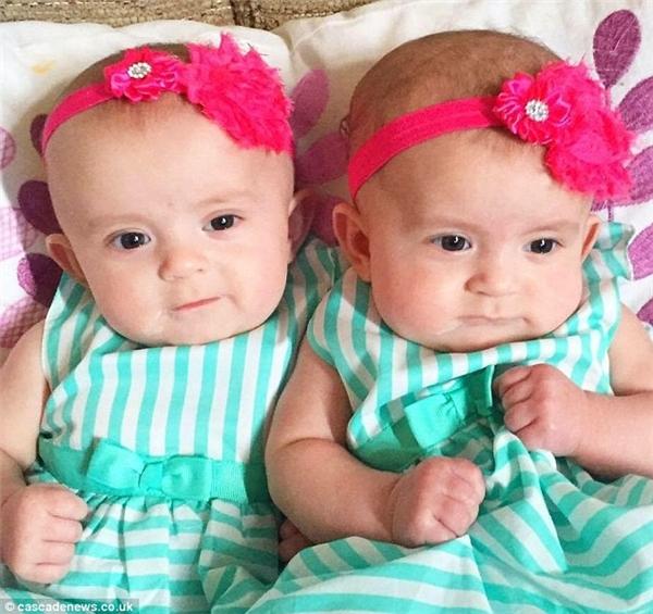 Mẹ của hai bé phát hiện Ella đã chết trong tư thế nằm sấp lúc 5 giờ sáng ngày 21/10/2015 ngay bên cạnh em gái sinh đôi Lola. Bình thường, hai bé luôn ngủ cạnh nhau trong tư thế nằm ngửa.(Ảnh: Daily Mail)