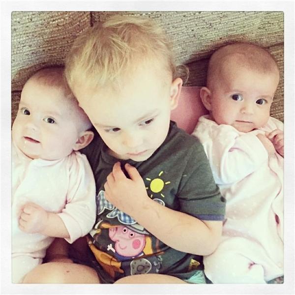 Hai bé sinh đôi Ella - Lola và anh trai Harry.(Ảnh: Internet)