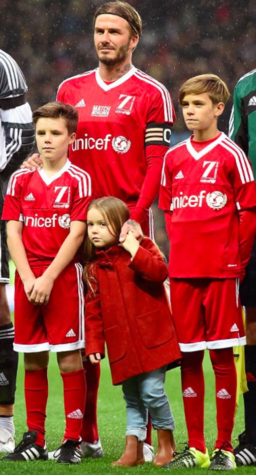 Harper cùng bố và hai anh tại một trận đấu giao hữu của UNICEF. (Ảnh: Internet)