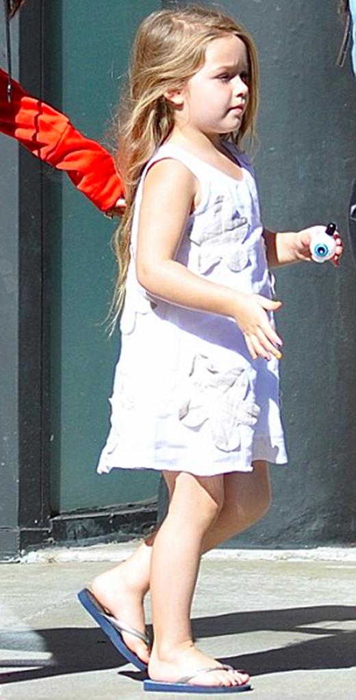Cô bé trong bộ đầm trắng đính hoa phối cùng dép xỏ ngónvừa bước ra khỏi một tiệm làm móng. (Ảnh: Internet)