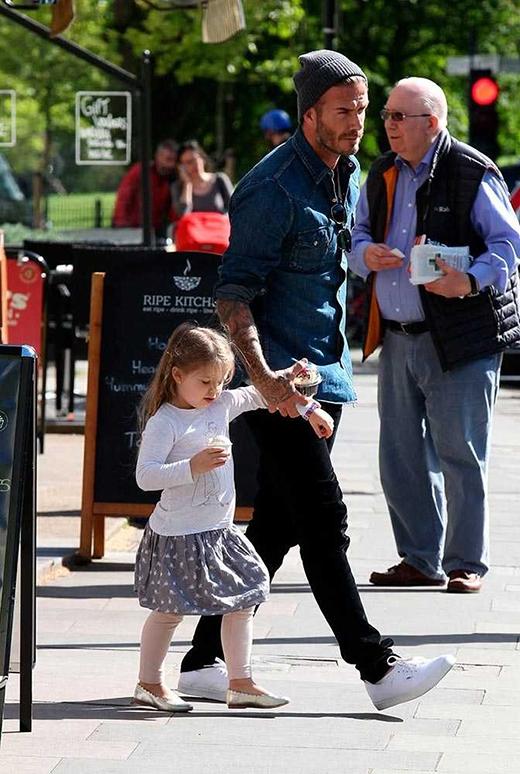 Một lần nữa Harper với phong cách nữ tínhvà bố David dắt tay nhau đi mua kem ở Primrose Hill, tháng 5/2015. (Ảnh: Rex)