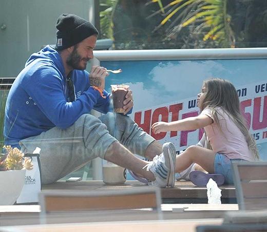 Bố David dẫn con gái trong trang phục giản dịđi chơi ở Sunset Plaza cũng tại LA, tháng 4/2015. (Ảnh: Splash)