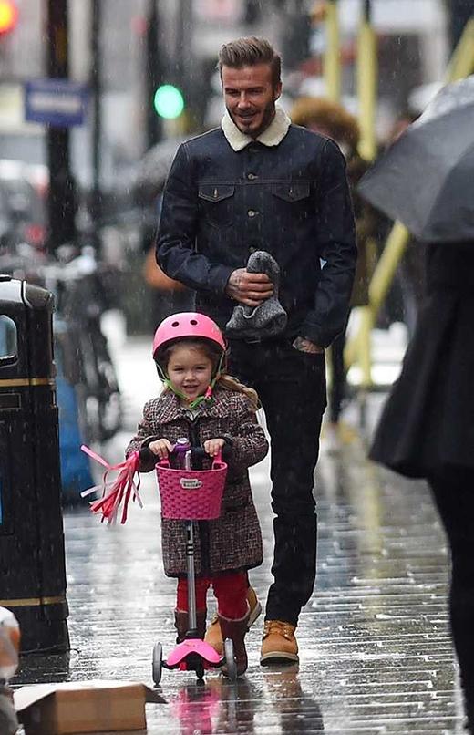 """""""Công chúa"""" Harper cùng bố đi chơi ở Notting Hill, tháng 1/2015. (Ảnh: Vantage News)"""