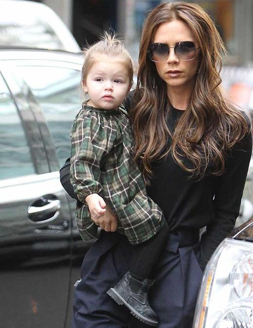 Bộ đầm caro cực kìdễ thương phối cùng quần legging khiến bé Harper còn xinh xắn hơn khi đi chơi cùng mẹ, tháng 2/2013. (Ảnh: Internet)