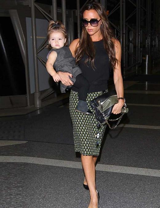 Hai mẹ con ăn mặc khá chững chạc và sang trọng trên đường đến London. (Ảnh: Internet)